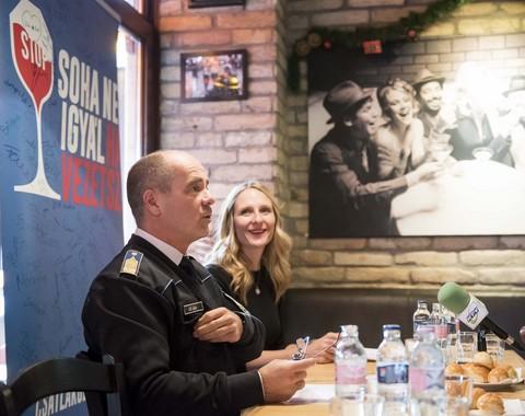 Kiss Csaba r. alezredes Buttel Katalin a DIAGEO vállalti kapcsolatok igazgatója a sajtótájékoztatón, Kép: ORFK