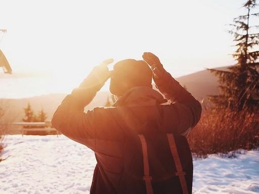 Téli napfényben sütkérező férfi, Kép: pixabay