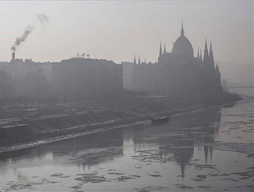 Szmogban a Parlament, Kép: MTI/ Mohai Balázs