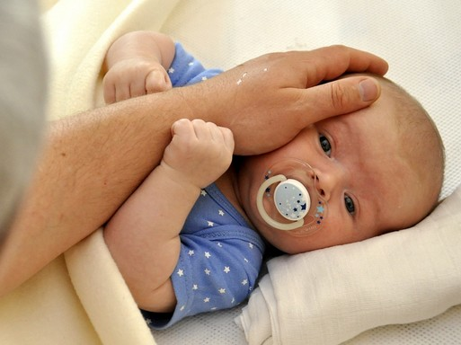 Csecsemő és atyai kéz, Kép: pixabay