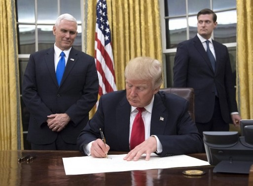 Donald Trump aláír, Forrás: MTI/EPA
