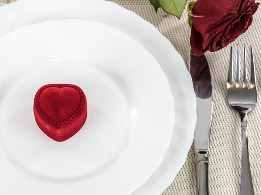 Piros szív fehér tányéron, Kép: pixabay