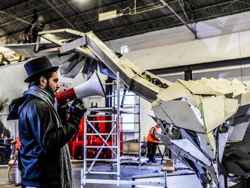 Szőke András Miklós irányítja szobra szállítását, Kép: sajtóanyag