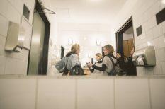 budi, film, női mosdó, női titkok, nyitottság, wc