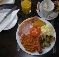 angol reggeli, English Breakfast, gomba. húsos szalonna, kolbász, paradicsomos bab, tradíció
