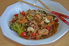 ázsiai, brokkoli, gomba, gyors, rizstészta, szezám olaj, szezámmag, szójaszósz