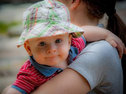 Kisfiú anyja karján, Kép: pixabay