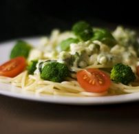 brokkoli, krémsajt, kukorica, tészta