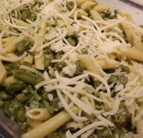 fokhagyma, penne, sajt, sajtmártás, spárga, tejszín, zöldborsó