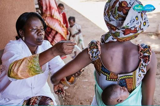 Tetanusz elleni oltást kap egy kismama Bukina Fasoban, Kép: Marcin Suderl