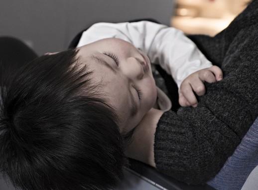Beteg gyerek anyja karjában, Kép: pixabay