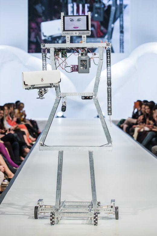 Irányított robotmodellekkel nyitották a bemutatót