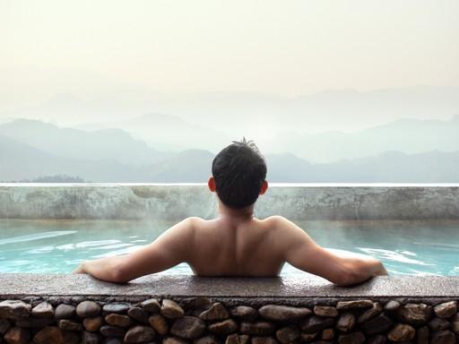 Férfi háttal ül egy termálvizes medencében, Kép: sajtóanyag