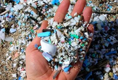 Műanyagdarabkák egy tenyéren, Kép: sajtóanyag