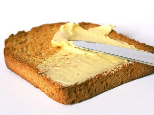 Margarinos kenyér kenése, Kép: pixabay