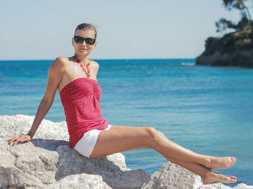 Napozó nő a tengerparton, Kép: pixabay