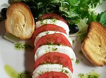 bazsalikom, mozzarella, nyár, olasz, olívaolaj, oregánó, paradicsom, saláta