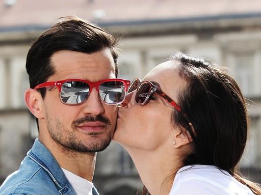 Csók napszemüvegben, Kép: Bakoo