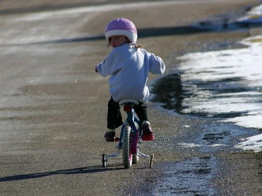 Gyerek kerékpározik a vizparton, Kép: publicdomainpictures