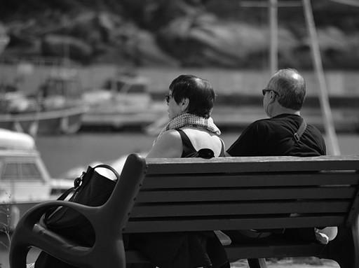 Idős házaspár háttal ül a padon, Kép: publicdomainpictures