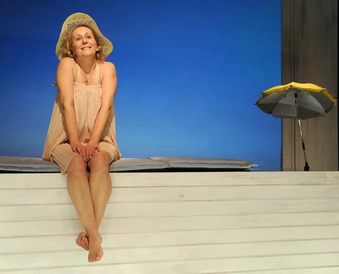 Majzik Edit kalapban a Shirley Valentine-ben, Kép: Máthé András