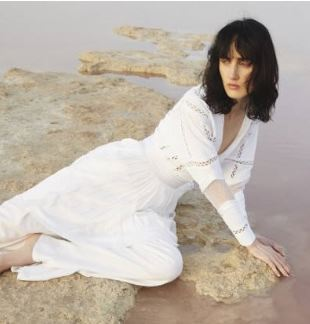Fehér ruhás nő, Kép: luisaviaroma
