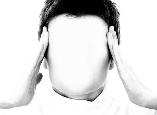 Fejét fogó ember arctalanul, Kép: pixabay