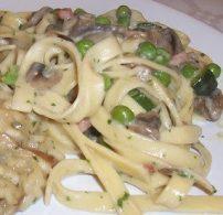 gomba, házi tészta, olasz, parmezán, tagliatelle, tejszín, zöldborsó