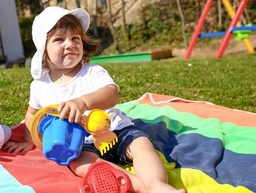 Kislány napkalapban, Kép: Sudocrem