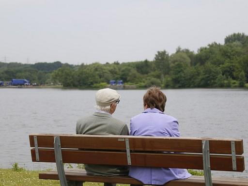 Nyugdíjasok a tóparton, Kép: pixabay