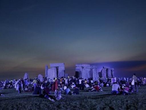 A nyári napfordulót ünneplik az emberek Stonehenge-nél, Kép: MTI