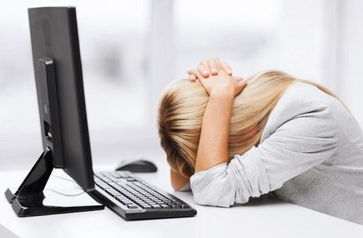 Menedzserbetegség, számítógép előtt ülő nő, Kép: Budai Egészségközpon