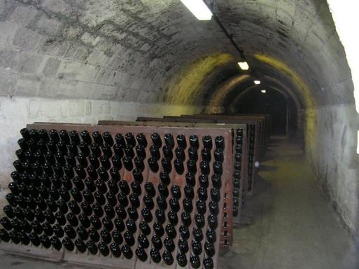 Rázópadon a pezsgős üvegek, melyeket egyenként forgatnak, Kép: László Márta