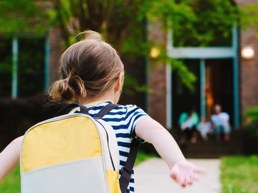 Kislány iskolatáskával, Kép: K&H gyógyvarázs mesedoktorok program