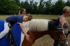 Fót, gyermekmentők, lovas terápia, nyári tábor, program, sérült gyerek