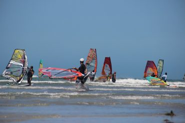 A jóképű szörfoktatók se maradnak ki... Kép: Pixabay