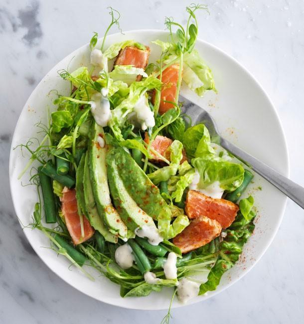 Saláta, fűszeres lazaccal és avokádóval, Kép és recept: IKEA katalógus