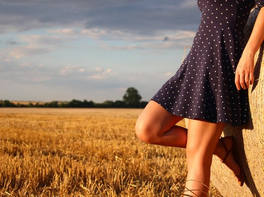 Térd, lány a búzamező szélén, Kép: pexels.com
