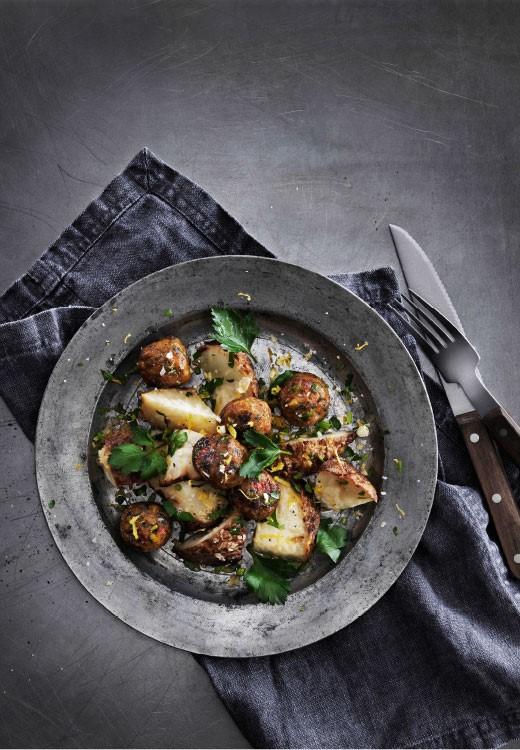 Zöldséggolyók, sült zellergyökérrel és gremolatával, Kép és recept: IKEA magazin