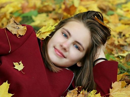 Szép nő az őszi levelek közt, Kép: pixabay