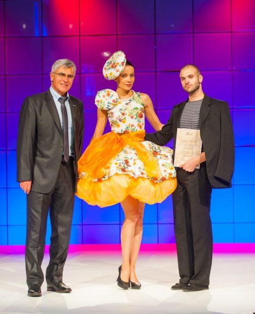 Szabó Antal a Poli-Farbe ügyvezető igazgatója (b) Pomozi Péterrel(j) a divatpályázat szakmai díjazottjával.
