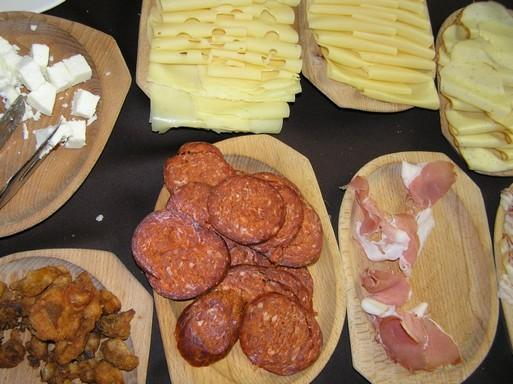 Füstölt felvágottak, sajtok a Zichy Park Hotel reggeliző asztalán, Kép: László Márta