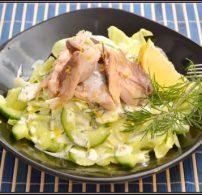 egészséges vacsora, füstölt hal, hal, joghurt, kapor, könnyű vacsora, makréla, saláta, uborka, vacsora