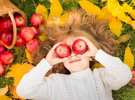 Gyerek almákkal, Kép: Czeizel Intézet