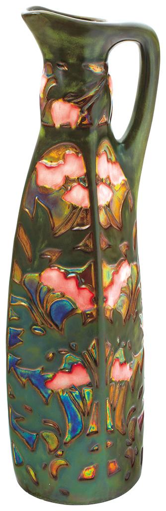 Karcsú kancsó, stilizált, mályvás díszítménnyel, 1906