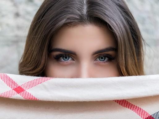 Női arc kockás sállal félig eltakarva, Kép: pexels