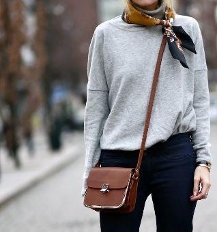 Szürke garbó, barnás selyemsál, barna táska, Kép: Chantall