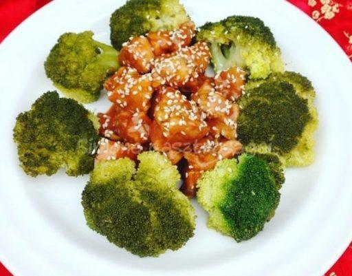 Szezámmagos csirke brokkoli rózsákkal, Kép: gasztrosagok.cafeblog.hu