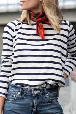 Tengerész pulcsi bordó selyemsállal, Kép: Chantall