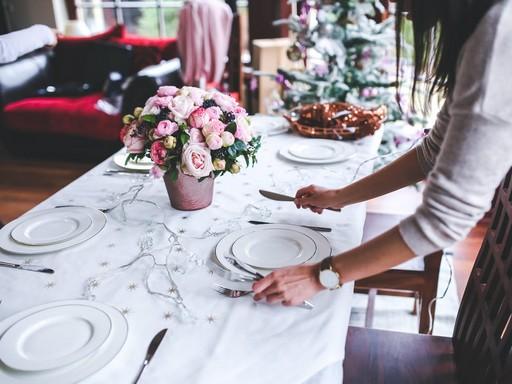Terítik a karácsonyi asztalt, Kép: pexels